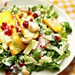 Sommersalat mit überbackener Zucchini, Buttermilchdressing und Preiselbeeren