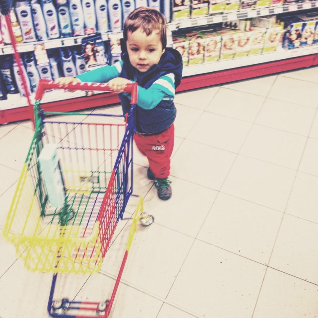 Kleinkind im Supermarkt